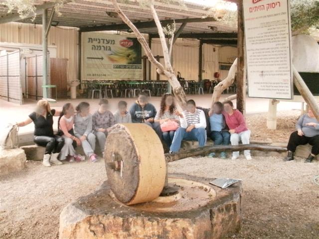 ילדי המרכז הטיפולי ביקרו בבית הבד